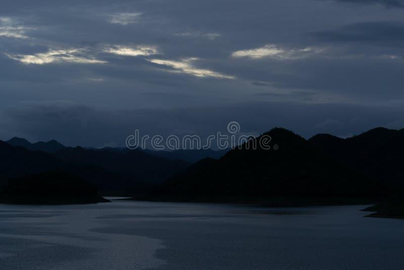 Ajardine com árvores das montanhas e um rio na parte dianteira imagens de stock royalty free