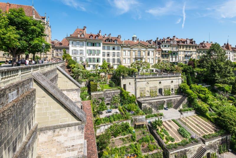 Ajardine com as casas e os jardins vivos velhos na cidade velha de Berna, S imagem de stock