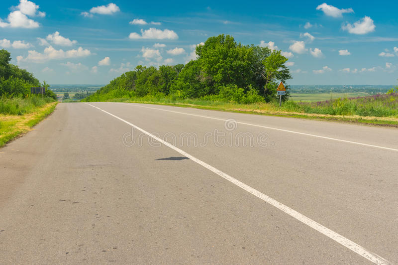 Ajardine com a estrada perto da cidade de Krasnograd em Ucrânia central foto de stock