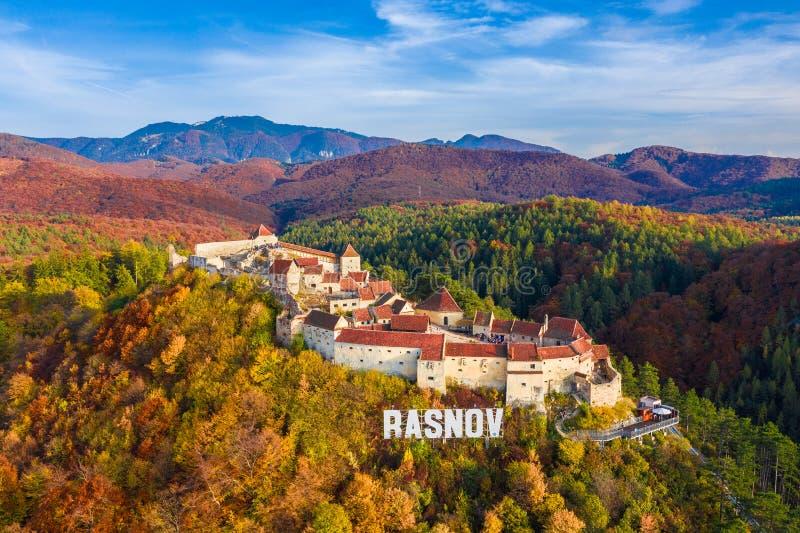 Ajardine com fortaleza medieval Rasnov, Brasov, a Transilvânia, Romênia imagens de stock