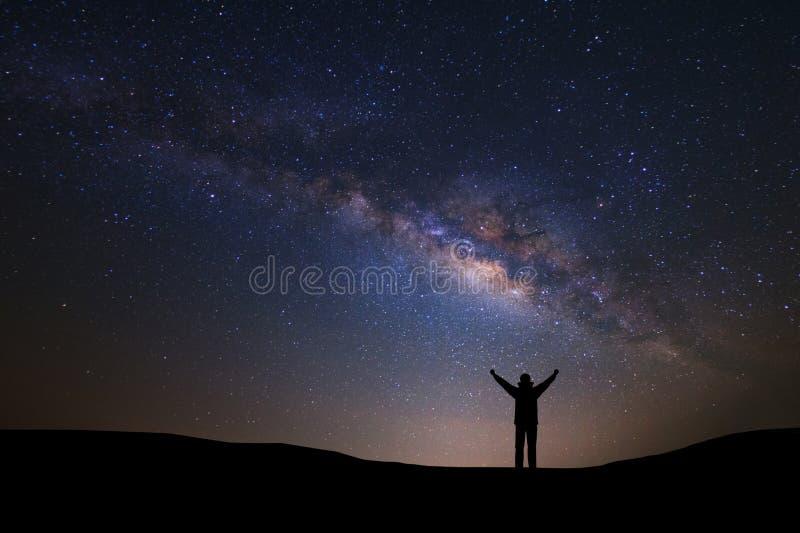 Ajardine com galáxia da Via Látea e espace a poeira no universo, imagens de stock royalty free