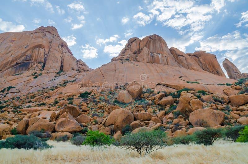 Ajardine com a montanha vermelha famosa de Spitzkoppe e o céu dramático, Damaraland, Namíbia, África meridional fotografia de stock royalty free