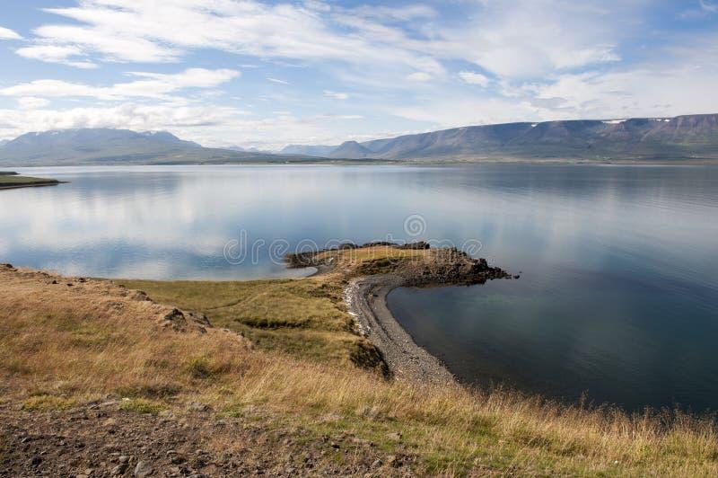 Ajardine con el fiordo y la orilla, Akureyri, Islandia imágenes de archivo libres de regalías
