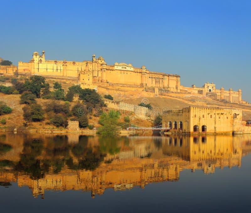 Fuerte y lago en Jaipur la India fotos de archivo