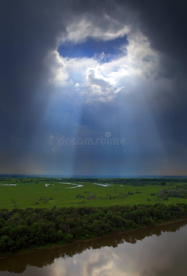 Ajardine con el río y agujeree en nubes oscuras fotografía de archivo libre de regalías