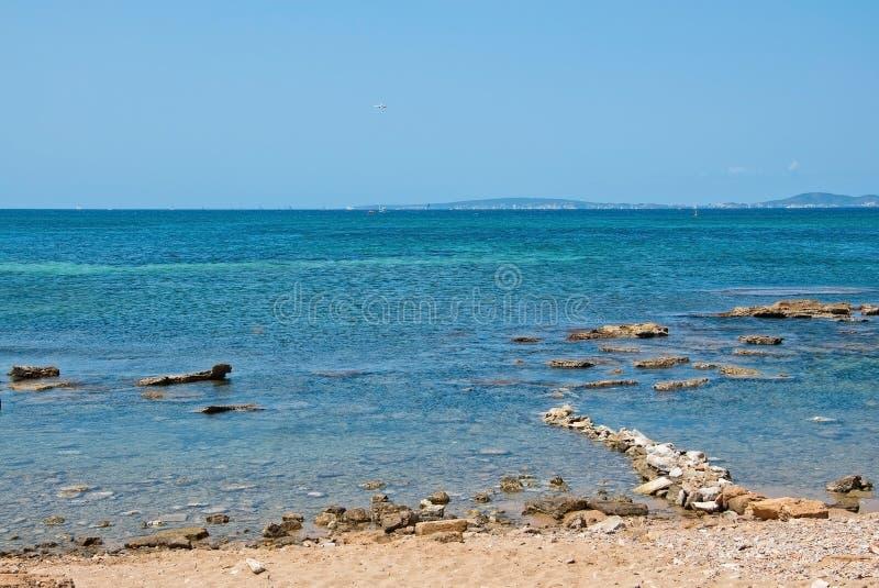 Ajardine con la formación de rocas y el océano azul cristalino imagen de archivo
