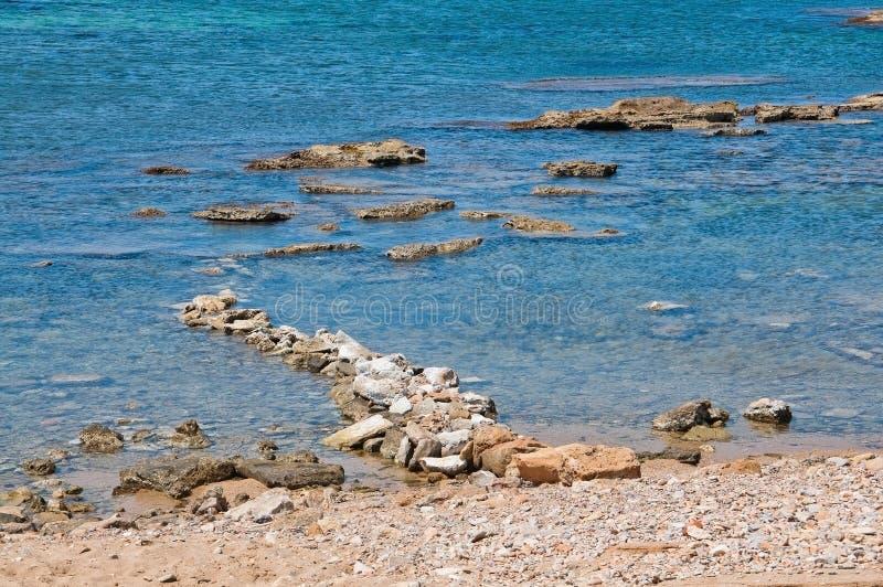 Ajardine con la formación de rocas y el océano azul cristalino imagenes de archivo