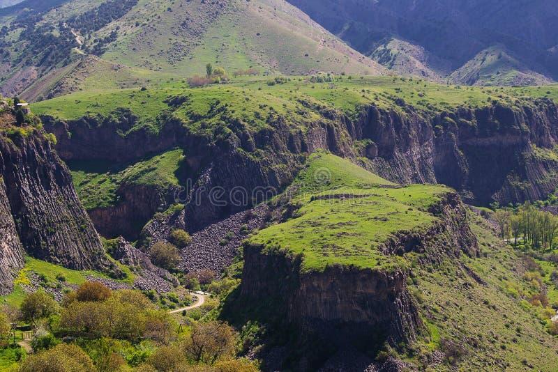 Ajardine con la meseta verde en Garni, Armenia foto de archivo