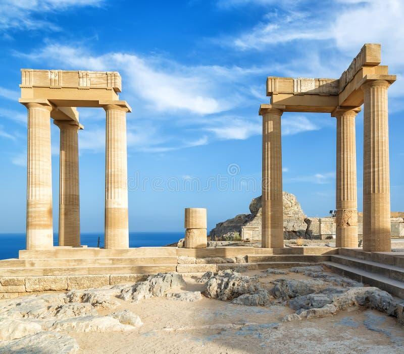 Ajardine con las columnas romanas antiguas del tiempo en Lindos en Grecia Europa fotografía de archivo libre de regalías