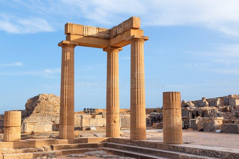 Ajardine con las columnas romanas antiguas del tiempo en Lindos en Grecia Europa fotos de archivo