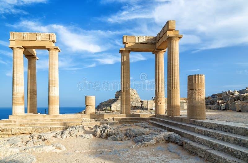 Ajardine con las columnas romanas antiguas del tiempo en Lindos en Grecia Europa foto de archivo