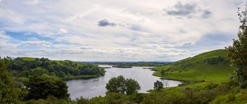 Ajardine con las montañas, el bosque y un río en frente Paisaje hermoso imagen de archivo