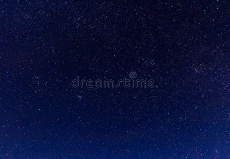 Ajardine con las montañas y el cielo azul en noche del invierno imagenes de archivo