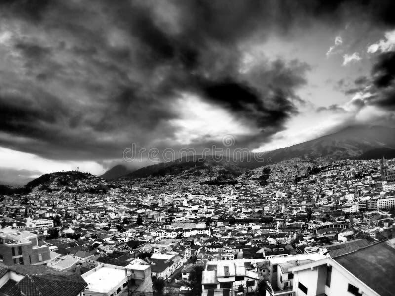 Ajardine con las nubes dramáticas sobre Quito, Ecuador: viaje y turismo foto de archivo libre de regalías