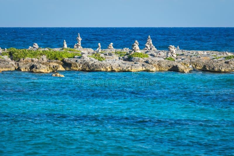 Ajardine con las rocas equilibradas, piedras en un embarcadero coralino rocoso Agua de mar del Caribe de los azules turquesa Maya imagenes de archivo