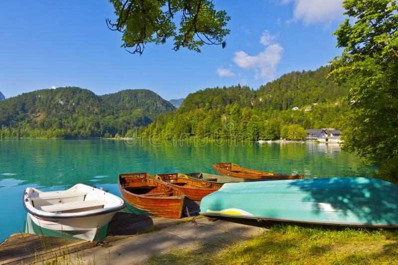 Ajardine con los barcos en el embarcadero del lago Bled, Eslovenia fotos de archivo libres de regalías