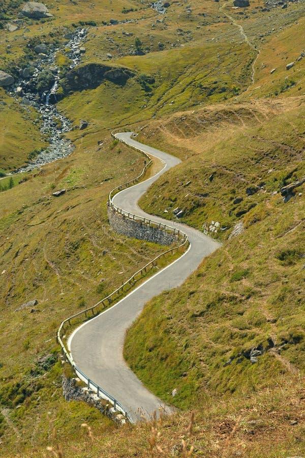 Ajardine cumes curvados de Itália Piedmont da estrada do trajeto do turista enrolamento icônico cerca do setembro de 2013 foto de stock