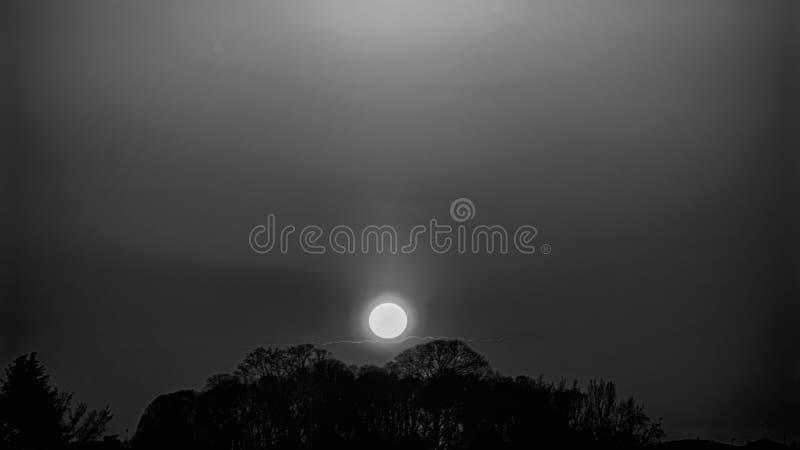 Ajardine, el amanecer soleado en un campo, puesta del sol hermosa en otoño imagen de archivo libre de regalías