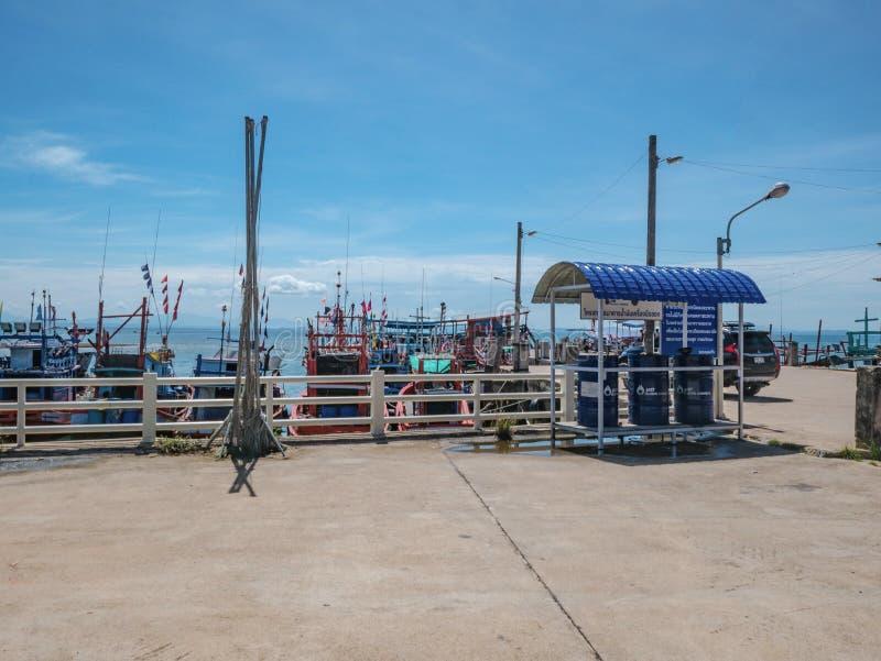 : Ajardine el puerto del hombre del pescador con el cielo azul en ciudad del rayong imagen de archivo libre de regalías