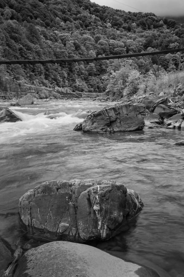 Ajardine el río de la montaña en la opinión del bosque del otoño de los rápidos pedregosos Foto blanco y negro de Pekín, China fotografía de archivo libre de regalías