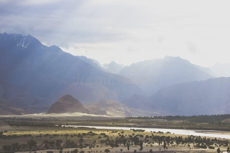 Ajardine el tiro del valle de Skardu cuando el sol brilla sus rayos foto de archivo