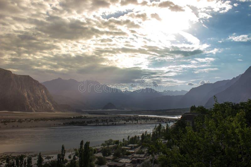 Ajardine el tiro del valle de Skardu cuando el sol brilla sus rayos fotos de archivo