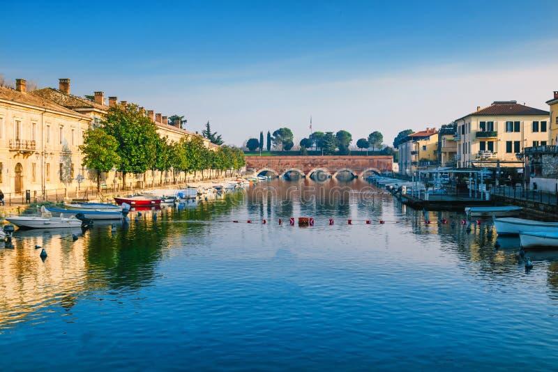 Ajardine em Peschiera histórico del Garda, lago Garda, Itália fotografia de stock