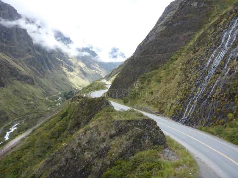Ajardine en el ` del camino de la muerte del `, montaña Biking en Bolivia imagenes de archivo