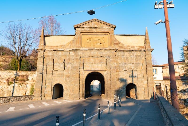 Ajardine en la vieja puerta nombrada Porta Sant Agustín Es una de las cuatro puertas de acceso a la ciudad vieja, Bérgamo, Italia fotografía de archivo