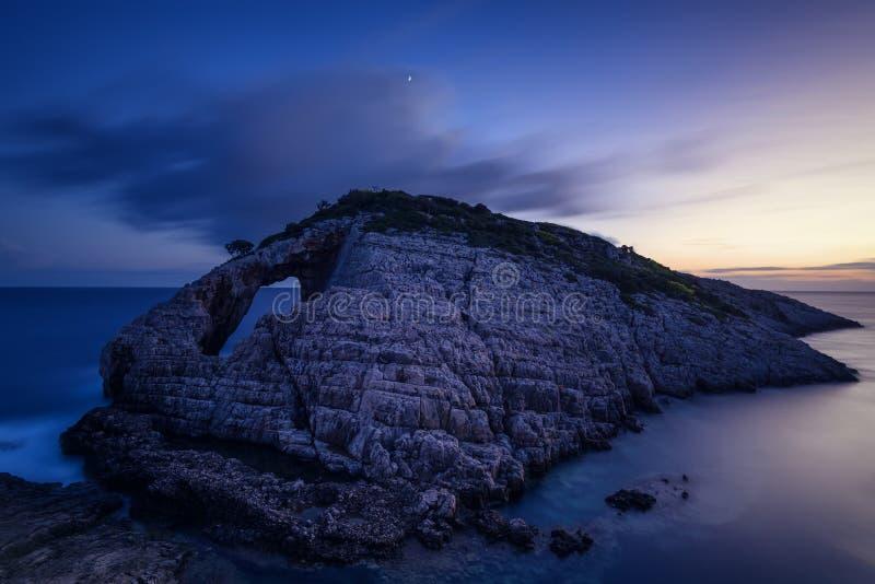 Ajardine a ideia de formações rochosas Korakonisi em Zakynthos, Grécia Por do sol bonito do verão, seascape magnífico fotos de stock royalty free