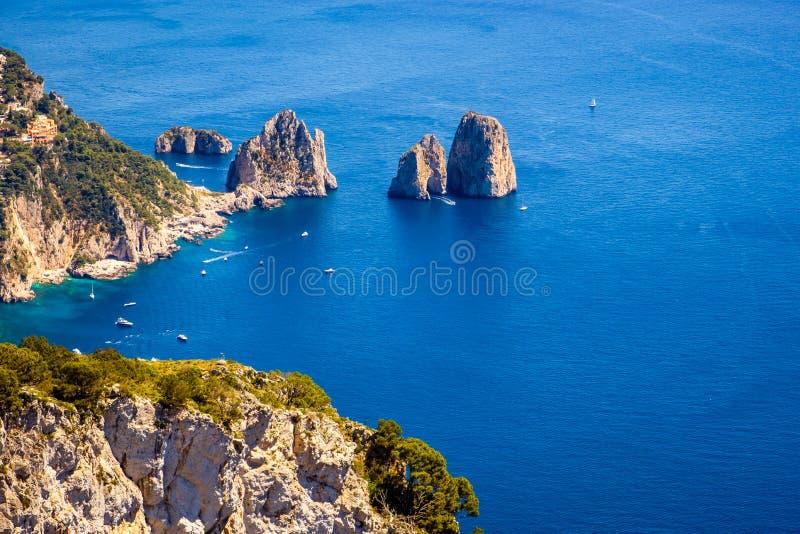Ajardine a ideia do litoral rochoso em Capri, Itália do oceano fotos de stock