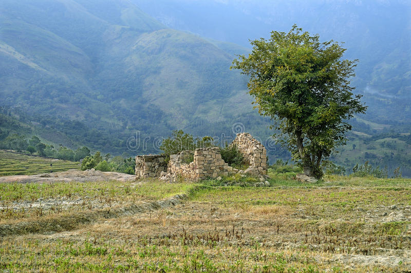 Ajardine la casa abandonada en los ghats occidentales de un valle abajo fotografía de archivo