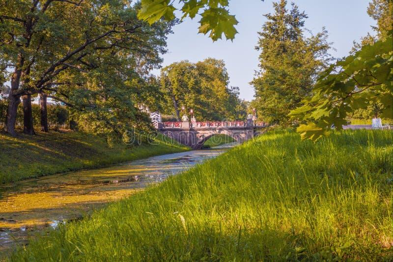 Ajardine la desatención del gran puente chino en Alexander Park, Tsarskoye Selo, Pushkin imagenes de archivo