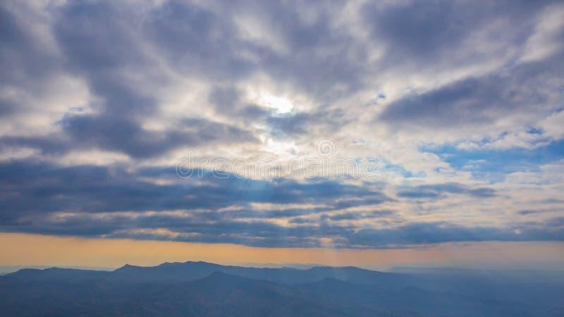 Ajardine la foto del panorama o de la vista panor?mica del bosque de la colina de la monta?a imagen de archivo libre de regalías