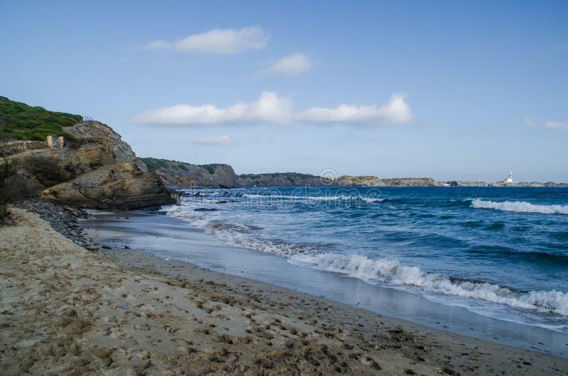 Ajardine la fotografía de uno de los lugares más conocidos de Menorca en la costa con un faro imagenes de archivo