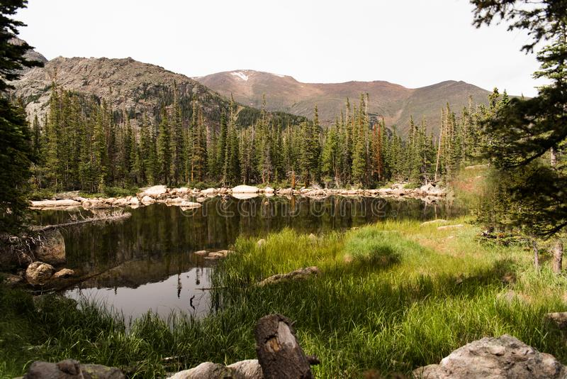 Ajardine la imagen de montañas y de un lago en Rocky Mountain National Park, Colorado imágenes de archivo libres de regalías