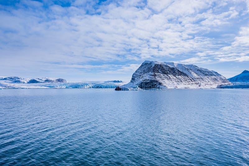 Ajardine la naturaleza de las montañas de la puesta del sol polar del día del invierno el Océano ártico de Spitsbergen Longyearby foto de archivo