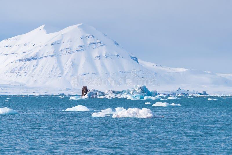 Ajardine la naturaleza de las montañas de la puesta del sol polar del día del invierno el Océano ártico de Spitsbergen Longyearby imagen de archivo