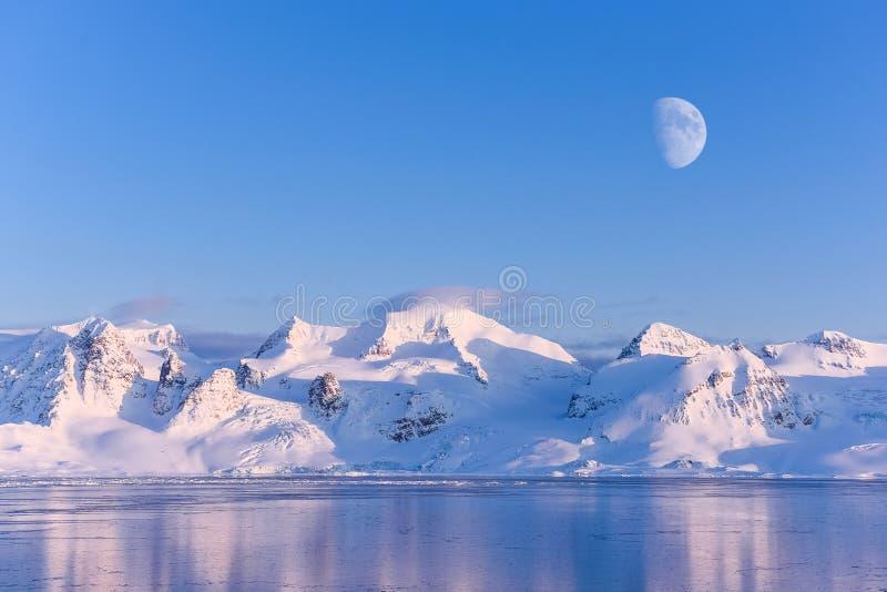 Ajardine la naturaleza de las montañas de la puesta del sol polar del día del invierno el Océano ártico de Spitsbergen Longyearby fotos de archivo