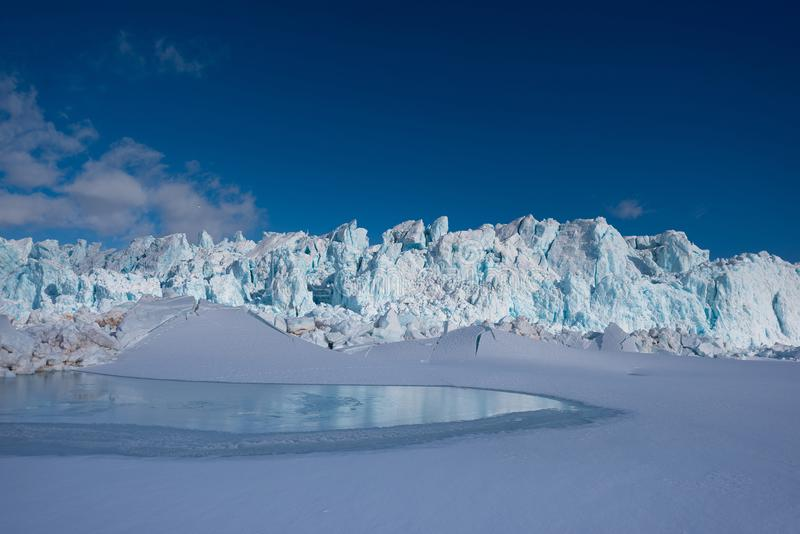 Ajardine la naturaleza de la montaña del glaciar del día polar de la sol del invierno ártico de Spitsbergen Longyearbyen Svalbard imagen de archivo libre de regalías