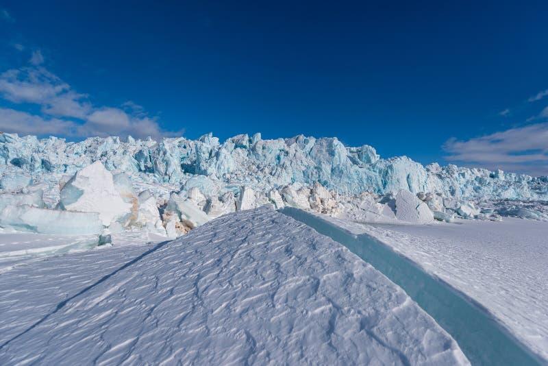 Ajardine la naturaleza de la montaña del glaciar del día polar de la sol del invierno ártico de Spitsbergen Longyearbyen Svalbard foto de archivo libre de regalías