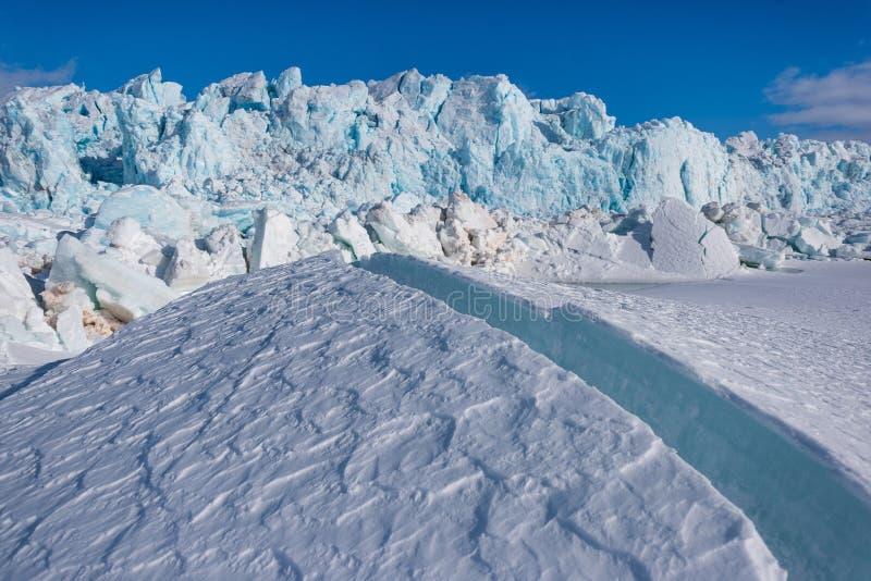 Ajardine la naturaleza de la montaña del glaciar del día polar de la sol del invierno ártico de Spitsbergen Longyearbyen Svalbard imágenes de archivo libres de regalías