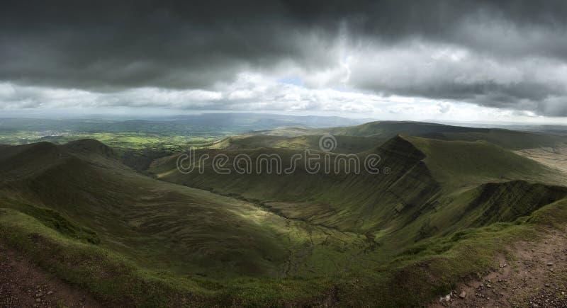Ajardine la visión desde el pico de la fan de la pluma y en los faros de Brecon con m oscuro fotografía de archivo libre de regalías