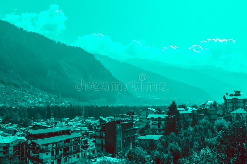 Ajardine la vista de la ciudad de Manali, Himachal Pradesh, la India imagen de archivo libre de regalías