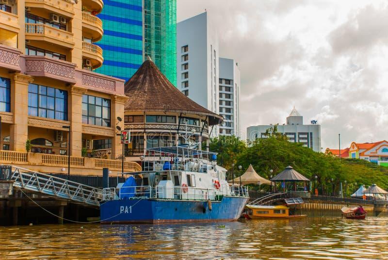 Ajardine la vista de la ciudad y del río de Sarawak Barco tradicional local para los turistas Kuching, Borneo, Malasia imagenes de archivo