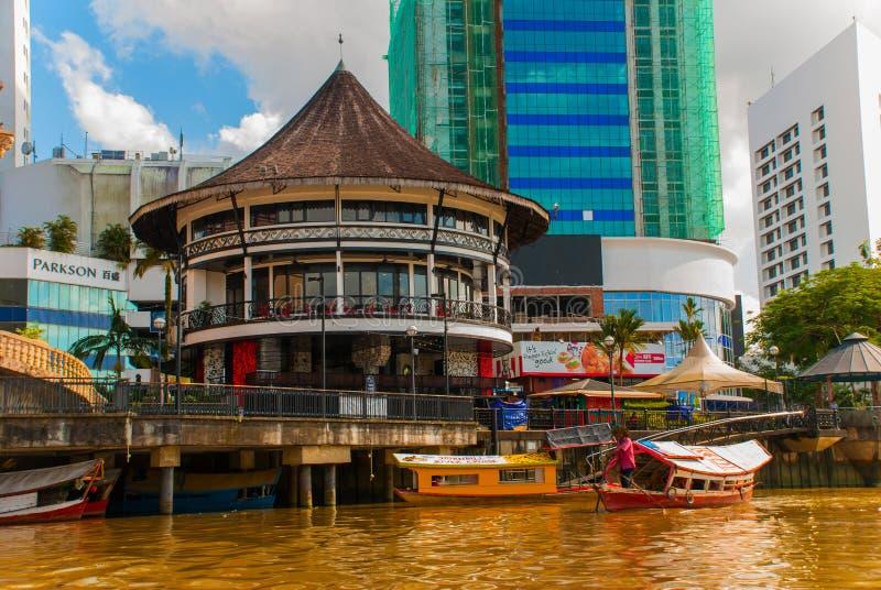 Ajardine la vista de la ciudad y del río de Sarawak Barco tradicional local para los turistas Kuching, Borneo, Malasia foto de archivo