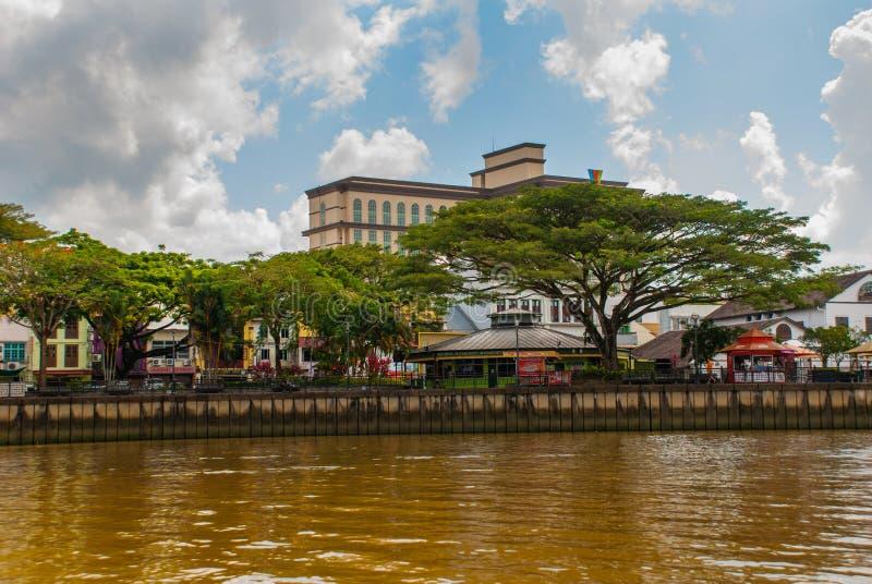 Ajardine la vista de la ciudad y del río de Sarawak Kuching, Borneo, Malasia foto de archivo