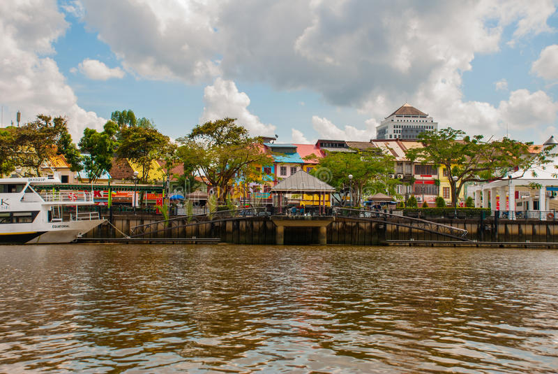 Ajardine la vista de la ciudad y del río de Sarawak Kuching, Borneo, Malasia imagenes de archivo