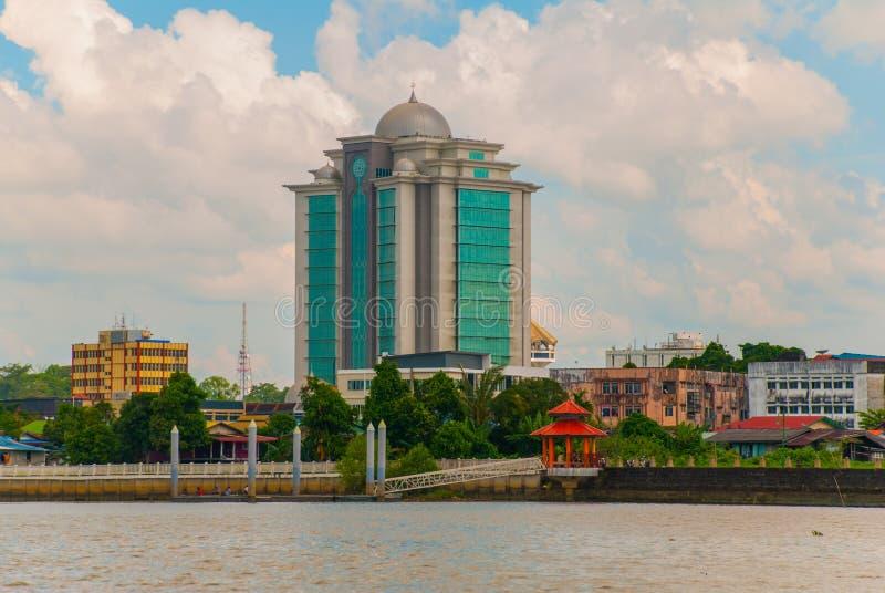 Ajardine la vista de la ciudad y del río de Sarawak Kuching, Borneo, Malasia imágenes de archivo libres de regalías
