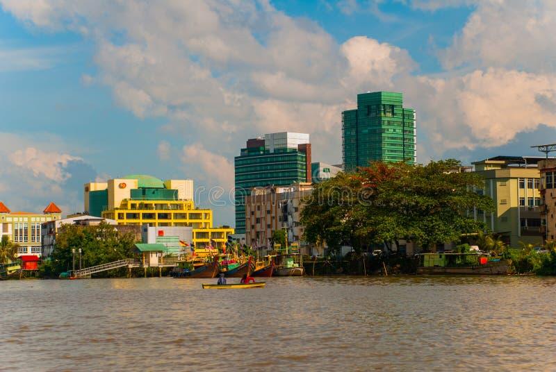 Ajardine la vista de la ciudad y del río de Sarawak Kuching, Borneo, Malasia imagen de archivo